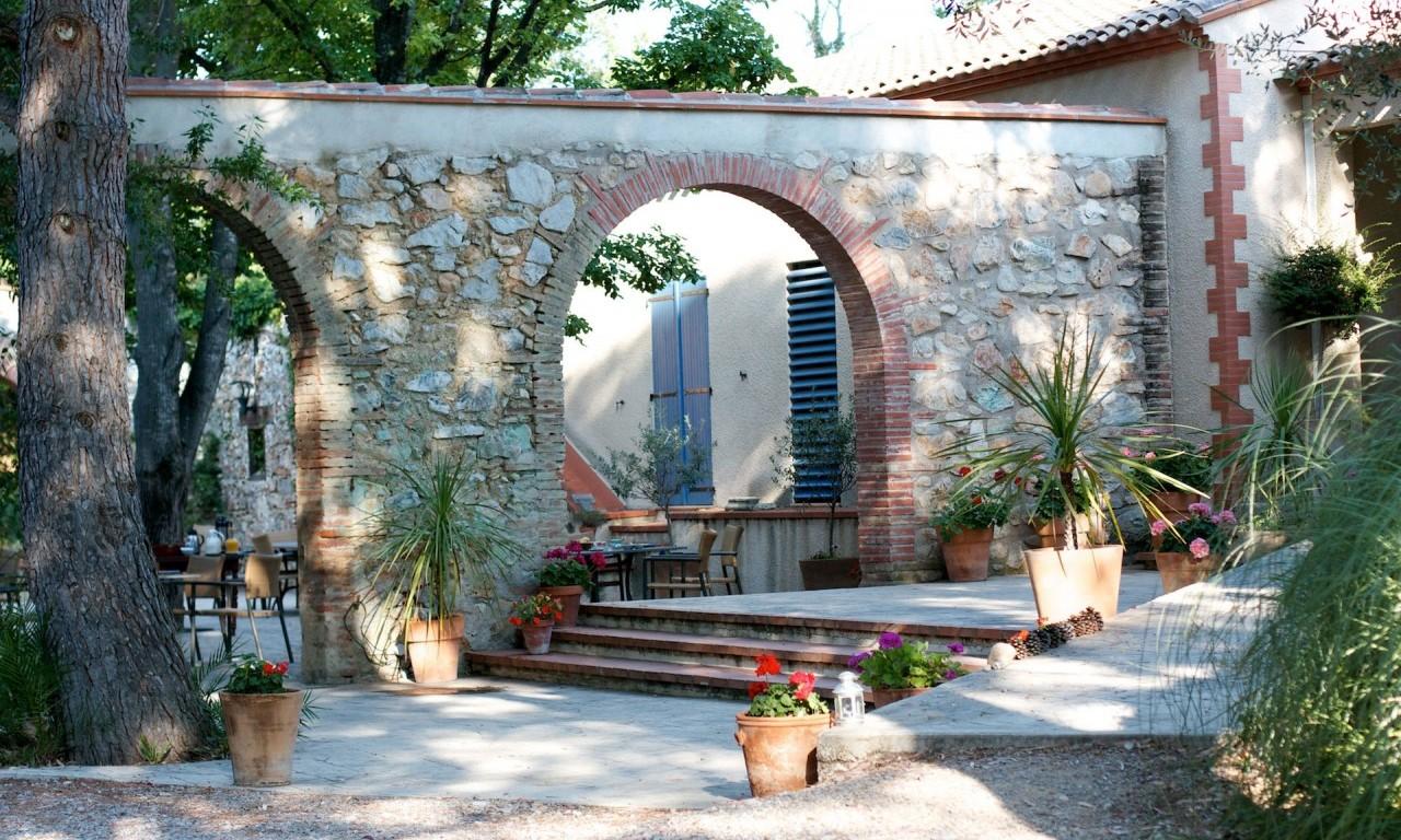 Inngang patio og hotellbygning.